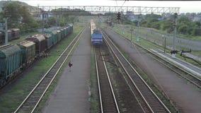 Το τραίνο φθάνει στο σταθμό απόθεμα βίντεο