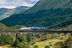 Το τραίνο Jacobite πέρα από την οδογέφυρα Glenfinnan Στοκ φωτογραφία με δικαίωμα ελεύθερης χρήσης