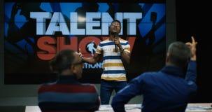 Το τραγούδι νεαρών άνδρων στο ταλέντο παρουσιάζει απόθεμα βίντεο