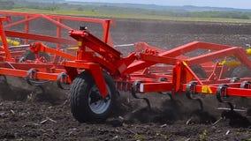 Το τρακτέρ επεξεργάζεται το χώμα απόθεμα βίντεο