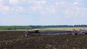 Το τρακτέρ επεξεργάζεται το χώμα φιλμ μικρού μήκους