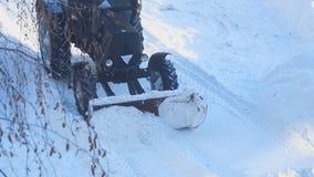 Το τρακτέρ καθαρίζει το χιόνι από το δρόμο απόθεμα βίντεο