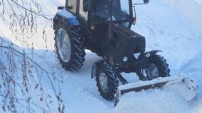 Το τρακτέρ καθαρίζει το χιόνι από το δρόμο φιλμ μικρού μήκους