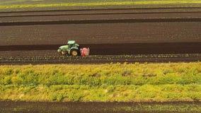Το τρακτέρ καλλιεργεί το έδαφος στον τομέα απόθεμα βίντεο