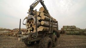 Το τρακτέρ μεταφέρει μια ξυλεία φιλμ μικρού μήκους