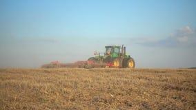 Το τρακτέρ οργώνει τη γεωργική εργασία τομέων, σε αργή κίνηση φιλμ μικρού μήκους