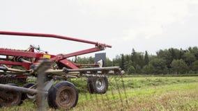 Το τρακτέρ που οδηγά στον αγροτικό τομέα με συνδυάζει τη χλόη συγκομιδής μεταφορών απόθεμα βίντεο