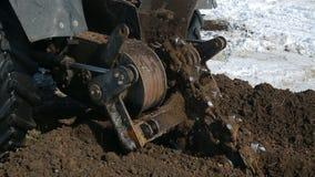 Το τρακτέρ σκάβει μια τάφρο φιλμ μικρού μήκους