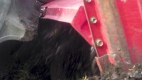 Το τρακτέρ τραβά έναν καλλιεργητή Χαλάρωση του εδάφους πρίν σπέρνει Καλλιεργητής οργώματος απόθεμα βίντεο