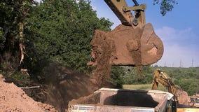 Το τρακτέρ χύνει τα ερείπια από την κουτάλα φιλμ μικρού μήκους