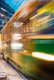 Το τραμ αναχωρεί στη θαμπάδα κινήσεων από μια στάση στη λεωφόρο Mannerheim στο Ελσίνκι Άποψη νύχτας της λεωφόρου Mannerheim σε Kl στοκ φωτογραφίες με δικαίωμα ελεύθερης χρήσης