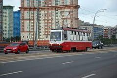 Το τραμ αριθ. 10 πηγαίνουν στη γέφυρα Stroginsky Στοκ Φωτογραφίες