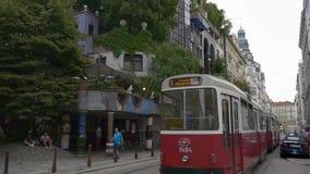 Το τραμ περνά το σπίτι Hundertwasser απόθεμα βίντεο