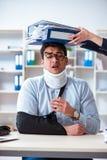 Το τραυματισμένο άτομο που παίρνει περισσότερη εργασία από τον προϊστάμενό του Στοκ εικόνες με δικαίωμα ελεύθερης χρήσης