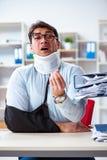 Το τραυματισμένο άτομο που παίρνει περισσότερη εργασία από τον προϊστάμενό του Στοκ φωτογραφία με δικαίωμα ελεύθερης χρήσης