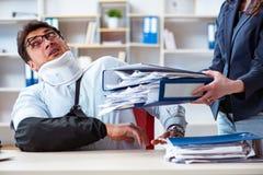 Το τραυματισμένο άτομο που παίρνει περισσότερη εργασία από τον προϊστάμενό του Στοκ εικόνα με δικαίωμα ελεύθερης χρήσης