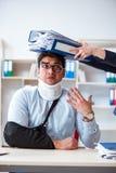 Το τραυματισμένο άτομο που παίρνει περισσότερη εργασία από τον προϊστάμενό του Στοκ Εικόνες
