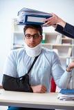 Το τραυματισμένο άτομο που παίρνει περισσότερη εργασία από τον προϊστάμενό του Στοκ Φωτογραφίες