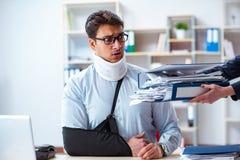 Το τραυματισμένο άτομο που παίρνει περισσότερη εργασία από τον προϊστάμενό του Στοκ Φωτογραφία