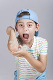 Το τραυματισμένο αγόρι με ένας μωλωπισμένος αγκώνας αντιδρά στον πόνο Στοκ φωτογραφία με δικαίωμα ελεύθερης χρήσης
