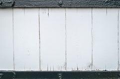 Το τραχύ φορεμένο άσπρο χρωματισμένο ξύλινο υπόβαθρο σανίδων πλαισίωσε τους μαύρους φραγμούς Στοκ Εικόνες