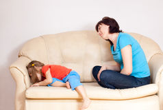 το τρελλό mom κοριτσιών ήταν Στοκ φωτογραφία με δικαίωμα ελεύθερης χρήσης