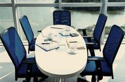 το τρισδιάστατο γκρι ανασκόπησης δίνει τη διάσκεψη στρογγυλής τραπέζης Στοκ Εικόνα