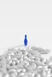το τρισδιάστατο μπόουλινγκ καρφώνει το λευκό Στοκ Φωτογραφίες