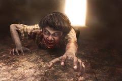 Το τρομακτικό ασιατικό άτομο zombie βρίσκεται στο πάτωμα Στοκ φωτογραφία με δικαίωμα ελεύθερης χρήσης