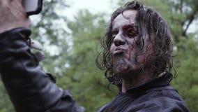 Το τρομακτικό zombie παίρνει selfies κάτω από την ομπρέλα φιλμ μικρού μήκους