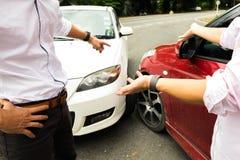 Το τροχαίο ατύχημα στο δρόμο, περιμένει την ασφαλιστική αξίωση Ασφαλιστική αξίωση ομο στοκ εικόνες