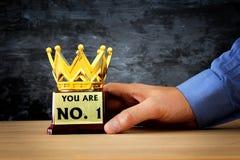 Το τρόπαιο βραβείων εκμετάλλευσης επιχειρηματιών για παρουσιάζει τη νίκη ή κερδίζοντας πρώτη θέση Στοκ Φωτογραφία