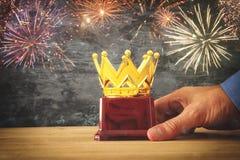Το τρόπαιο βραβείων εκμετάλλευσης επιχειρηματιών για παρουσιάζει τη νίκη ή κερδίζοντας πρώτη θέση Στοκ Εικόνες