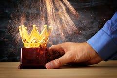 Το τρόπαιο βραβείων εκμετάλλευσης επιχειρηματιών για παρουσιάζει τη νίκη ή κερδίζοντας πρώτη θέση Στοκ φωτογραφία με δικαίωμα ελεύθερης χρήσης