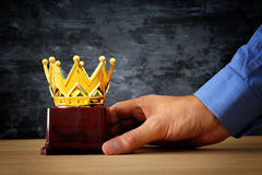 Το τρόπαιο βραβείων εκμετάλλευσης επιχειρηματιών για παρουσιάζει τη νίκη ή κερδίζοντας πρώτη θέση Στοκ φωτογραφίες με δικαίωμα ελεύθερης χρήσης