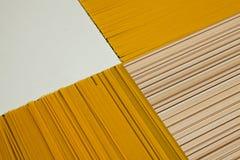 το τρύπημα ανασκόπησης δεν απομόνωσε κανένα λευκό μακαρονιών Κίτρινα μακριά μακαρόνια στο μαύρο υπόβαθρο Ζυμαρικά που τακτοποιούν Στοκ Εικόνες