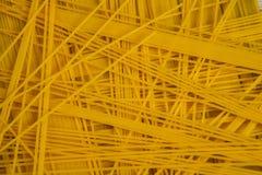 το τρύπημα ανασκόπησης δεν απομόνωσε κανένα λευκό μακαρονιών Κίτρινα μακριά μακαρόνια στο μαύρο υπόβαθρο Ζυμαρικά που τακτοποιούν Στοκ φωτογραφία με δικαίωμα ελεύθερης χρήσης