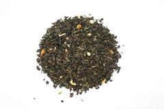 Το τσάι είναι διεσπαρμένο σε έναν άσπρο κύκλο υποβάθρου Στοκ εικόνες με δικαίωμα ελεύθερης χρήσης