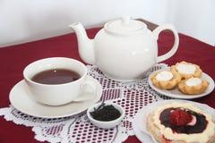 Το τσάι εξυπηρέτησε για το πρόχειρο φαγητό με τα κέικ Στοκ φωτογραφίες με δικαίωμα ελεύθερης χρήσης