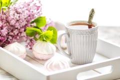 Το τσάι εξυπηρέτησε σε ένα κιβώτιο δώρων με marshmallows και μια ανθοδέσμη μιας πασχαλιάς o στοκ φωτογραφίες με δικαίωμα ελεύθερης χρήσης