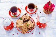 Το τσάι κοιλαίνει τη τοπ άποψη Χρόνος τσαγιού για το κόμμα Καθορισμένο κόκκινο Πόλκα-σημείο τσαγιού, ομο Στοκ φωτογραφίες με δικαίωμα ελεύθερης χρήσης