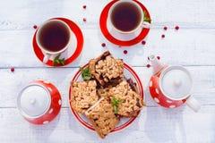 Το τσάι κοιλαίνει τη τοπ άποψη Χρόνος τσαγιού για το κόμμα Καθορισμένο κόκκινο Πόλκα-σημείο τσαγιού, ομο Στοκ φωτογραφία με δικαίωμα ελεύθερης χρήσης