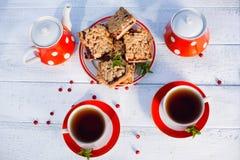 Το τσάι κοιλαίνει τη τοπ άποψη Χρόνος τσαγιού για το κόμμα Καθορισμένο κόκκινο Πόλκα-σημείο τσαγιού, ομο Στοκ Εικόνες