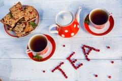 Το τσάι κοιλαίνει τη τοπ άποψη Χρόνος τσαγιού για το κόμμα Καθορισμένο κόκκινο Πόλκα-σημείο τσαγιού, ομο Στοκ Φωτογραφία