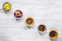 Το τσάι-κόμμα με το διαφορετικό βοτανικό τσάι στο γκρίζο ξύλινο επίπεδο υποβάθρου γραφείων βρέθηκε Στοκ Φωτογραφίες