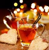 Το τσάι παρασκευάζει με την προσθήκη του ώριμων αχλαδιού και της βανίλιας Στοκ Εικόνες