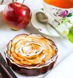 Το τσάι προγευμάτων με το γλυκό μήλο αυξήθηκε διαμορφωμένη πίτα Στοκ φωτογραφία με δικαίωμα ελεύθερης χρήσης