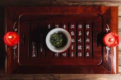 Το τσάι τελετής τσαγιού βγάζει φύλλα στο κινεζικό φλυτζάνι Στοκ Φωτογραφίες