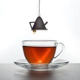 Το τσάι χύνεται στοκ εικόνα