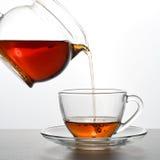 Το τσάι χύνεται στοκ εικόνες